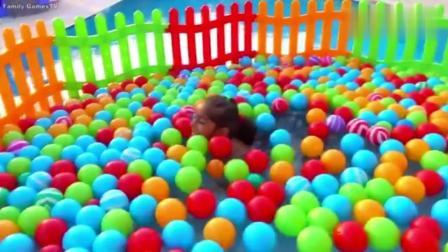 爸爸在泳池边搭建彩色围栏, 放入海洋球, 小萝莉玩嗨了!