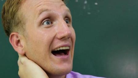 俩同学在讨论成绩单, 老师突然闯入, 这下有好戏看了