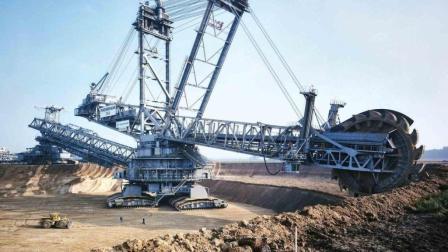 13500吨的挖掘机, 30层楼高, 网友: 这挖掘机怎么学?