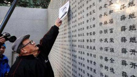 他用命保存了30张照片, 并写了一个耻字, 公布后让一国彻底无言