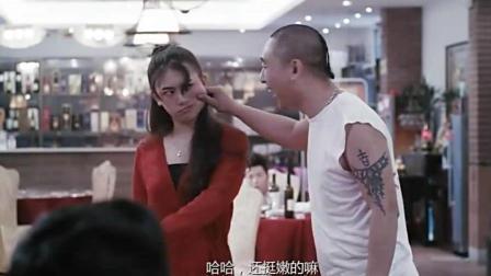 客人逼服务员喝酒, 女子路见不平没hot住, 男子变身狼人相助