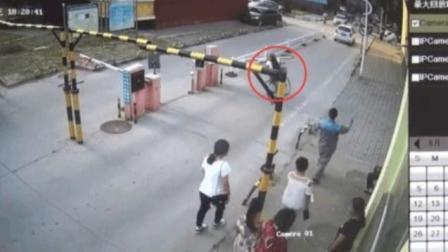 女子骑单车进小区 被停车杆砸伤晕倒 物业: 此事与物业无关
