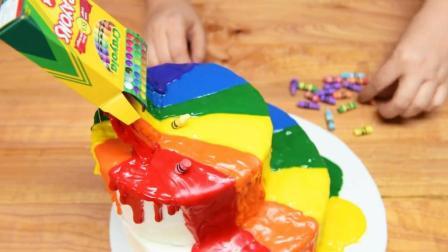 """牛人做了个""""蜡笔化了""""蛋糕, 切开之后满满的惊喜!"""