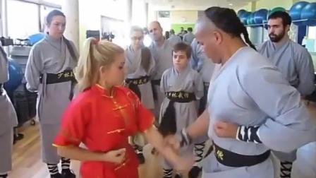 外国人练习咏春, 好认真! 练功夫要从娃娃抓起!