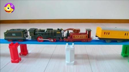 托马斯电动小火车大力比赛 宝宝们组装自己的小火车来参赛吧
