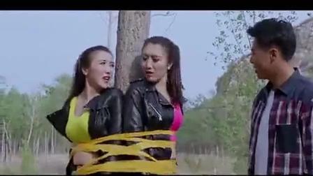 俩美女想绑架农村小伙, 不料小伙身手敏捷, 反将姑娘擒住绑在树上