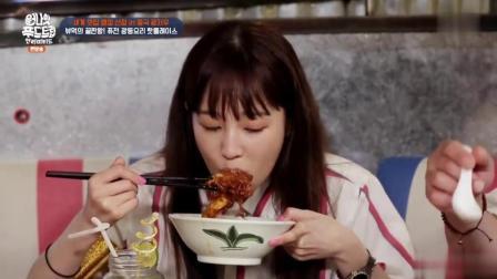 韩国明星到中国吃炸鸡蛋, 尝一口直用筷子敲盘子, 捧着大碗吃!