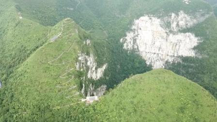 旅者航拍广西大石围天坑, 深度排名世界第二, 坑边上竟还有建筑