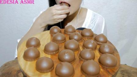 国外女吃货, 吃巧克力夹心糖, 发出咀嚼声, 吃得太馋人了