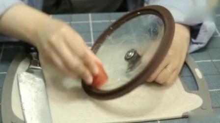 生活窍门: 锅盖脏了油渍满满, 一根胡萝卜帮你搞定