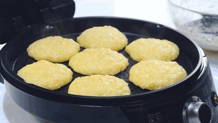 """粘玉米别总煮着吃了, 面点师教你""""鲜玉米饼"""", 这样做简单好吃又营养"""