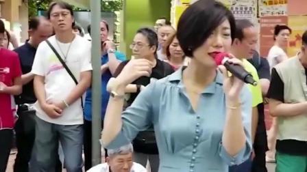 流浪歌手在香港街头唱起赵雷的《成都》, 引来路人尖叫!