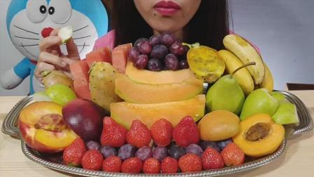 国外吃货小姐姐, 吃新鲜水果拼盘, 发出各种咀嚼声, 吃的太馋人了
