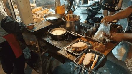 天津大哥夜市卖炸串23年, 品种多价格低, 一出摊就被顾客围着买