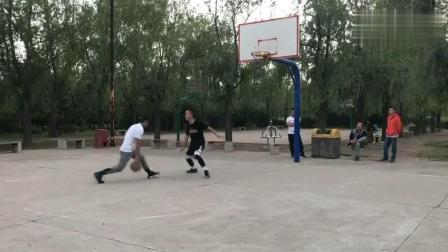 篮球高手跟陌生人单挑, 赢了后却自谦打不过, 众