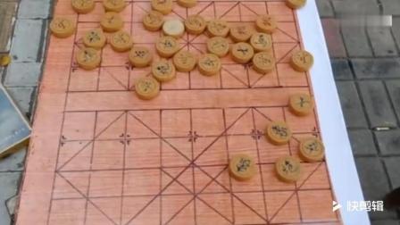 暴雨中下象棋的网红大爷被找到