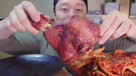韩国吃货小哥, 吃烤大肘子, 配上泡菜, 大口吃的太馋人了
