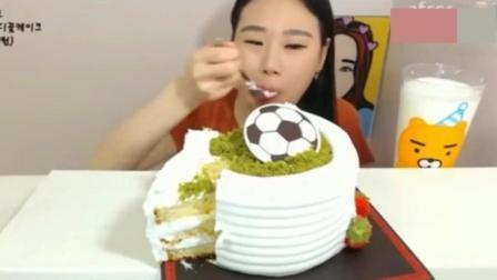 韩国吃播: 美女大胃王吃奶油大蛋糕, 一个还不够塞牙缝呢
