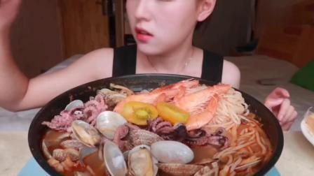 中国美女吃播, 吃上百元螺丝粉, 却变成了海鲜面