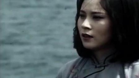 陈真与心爱的王秀芝决斗, 一脚把她踢到大海中了, 自己也跳了进去