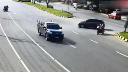 见过惨的, 没见过比他还惨的, 摩托车男子刚倒下又被大货车撞飞!