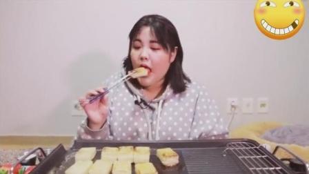 韩国大胃王吃播: 胖妹秀彬吃烤年糕块, 配上草莓和奶油更美味