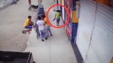 校车爆胎飞出钢圈 女子被砸中头部身亡