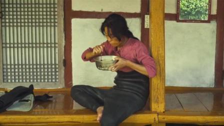 丈夫在房子里约会, 妻子在门口淡定吃面, 吃的还挺香