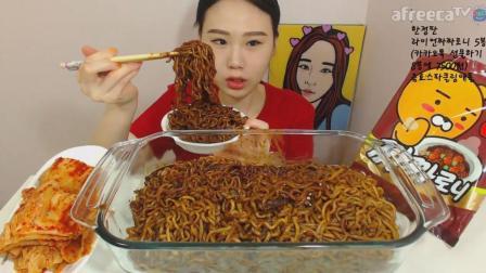 韩国大胃王卡妹, 吃一大锅炸酱面, 配上辣泡菜, 大口吸面吃的太香了