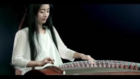 美女古筝演奏一曲《青花瓷》, 如行云流水, 听得真是别有韵味
