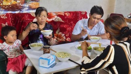 甘肃民勤最家常的面食之一, 南瓜面条, 配个青辣椒, 顿顿吃不厌