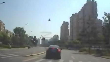男子骑摩托猛撞隔离护栏 连人带车空翻