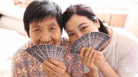 """90后姑娘走街串巷, 专为90岁高龄奶奶们拍摄""""少女照"""", 暖心"""