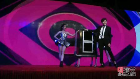 插满灯管 美女藏身何处 柳州魔术艺人上演大型魔术《灯管穿人》