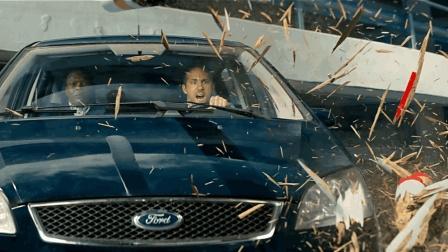 王牌保镖: 开着福特果然没有帅过3秒, 一头撞垃圾桶上了