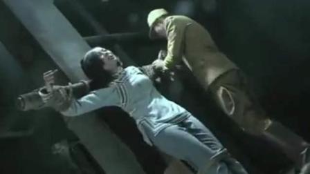 女俘虏被军官灌下高度酒, 然后给她松绑
