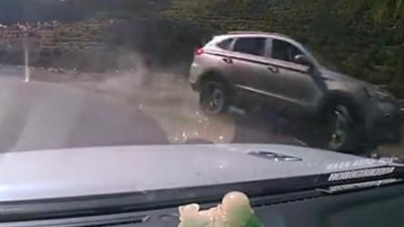 4女孩自驾途中失控坠江 行车记录仪拍下可怕瞬间