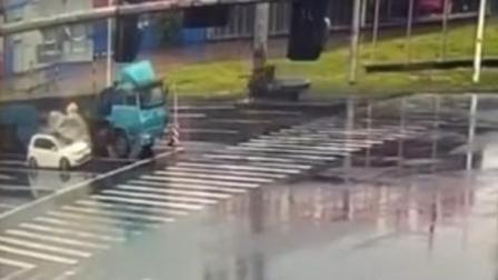 货车掉钢卷砸扁轿车 车内司机不幸身亡