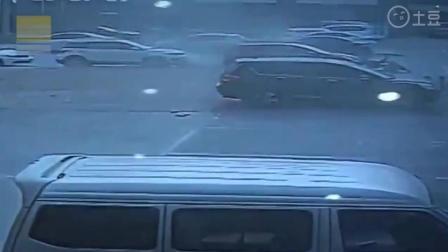飞来横祸  男子骑车正在路上行驶, 监控突然拍下这一幕