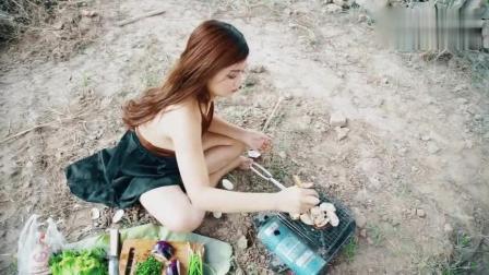 农村小姐姐在野外做美食, 吃这个太美味了