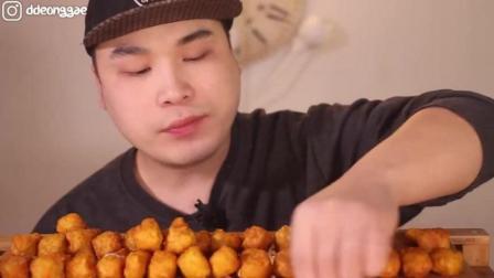 吃播大胃王: 韩国小哥吃芝士炸鸡, 两口一个, 吃法够厉害!