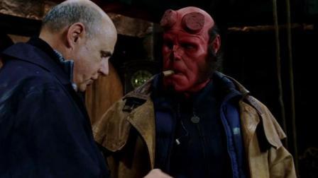 铁面人用刀划破地狱男爵的鼻子,地狱男爵直接把他脸打烂,够狠!
