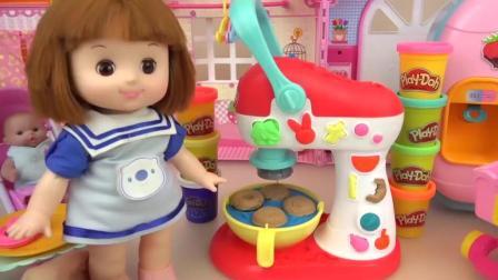 芭比娃娃小吃厨房玩具小琪给弟弟做彩色汉堡送彩糖