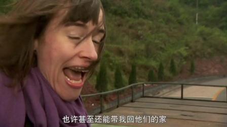 外国小姐姐去苗寨, 看到大妈秀花, 眼神里都透着喜爱: 太美了!