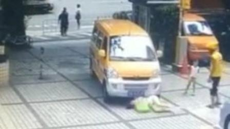 """女子推孩子撞车""""碰瓷"""" 失败后躺地打滚"""