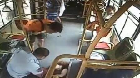 女乘客晕倒 司机乘客齐救援