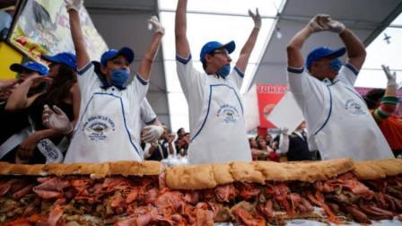 探秘寻奇 世界上最大的三明治 一千六百多斤 网友:够我吃半年了!