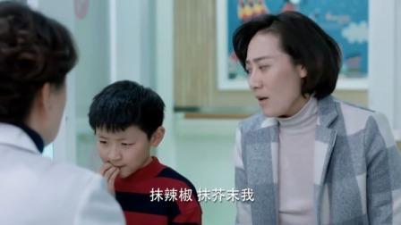 小男孩患吃手病,妈妈为改掉这一毛病,竟往儿子手上抹辣椒抹芥末