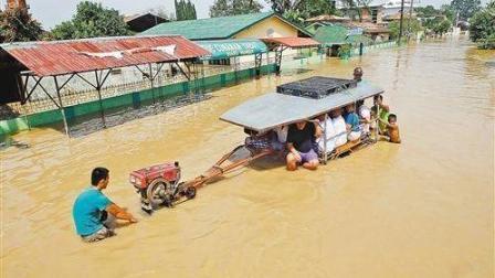 拖拉机司机: 桥下积水, 其他车辆都往后稍稍, 看我的