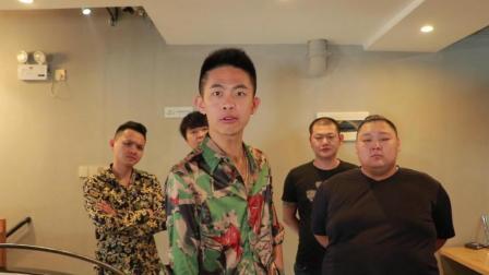 闽南语搞笑视频: 黑帮老大惨遭服务员挑衅, 全靠